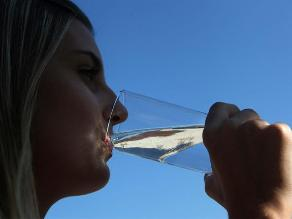 Tomar agua ayuda a prevenir el cáncer de piel, afirman