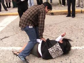Sujeto golpea salvajemente a mujer en vía pública de Cajamarca