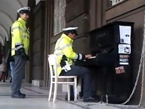 Video de policía checo tocando piano en la calle arrasa en Internet