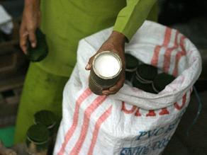 Detienen a mujer por entregar yogur envenenado a niños fuera del colegio