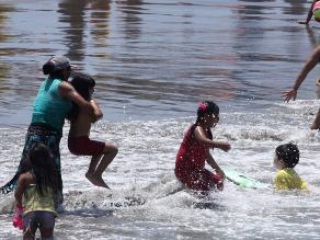Cuidado con el cáncer: Oncólogo recomienda evitar llevar bebés a la playa