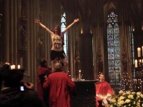 Activista de Femen interrumpe en topless misa de Navidad en Alemania