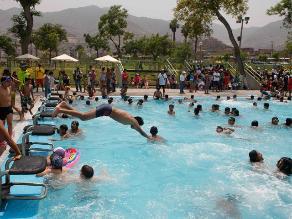 Uso de piscinas o duchas públicas puede generar hongos en verano