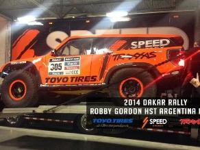 Robby Gordon muestra el auto con el que aspira ganar el Rally Dakar 2014