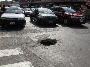 Trujillo: enorme forado en céntrica pista provoca malestar en conductores