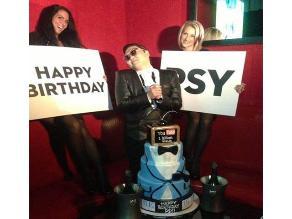 PSY celebra su cumpleaños con guapas mujeres
