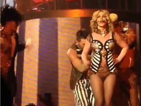 Britney Spears casi pierde su vestido durante show