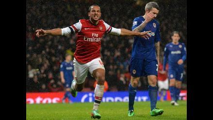 Arsenal derrotó 2-0 al Cardiff y sigue como líder de la Premier League