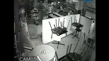 Graban a policía robando en kiosko que debía custodiar