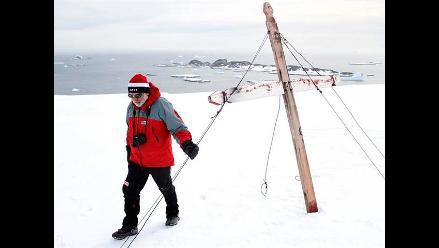 Tras rescatar a 52 personas en la Antártida, quedó atrapado en el hielo