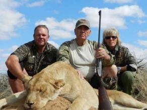 Actor Lee Ermey es criticado en redes por matar leones en Sudáfrica