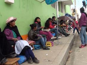 Huancayo: decenas de padres pernoctan en colegios para conseguir vacante