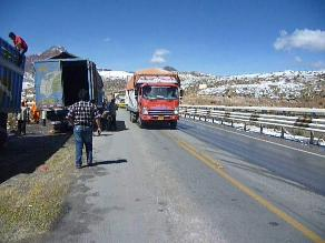 Pasajeros quedan abandonados luego de accidente de bus en Ticlio