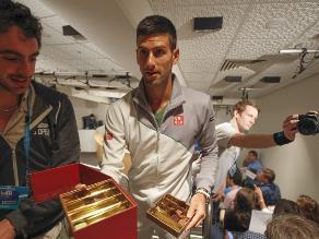 Novak Djokovic regala chocolates en conferencia de prensa en Australia