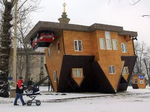 Una casa al revés es la mayor atracción en Moscú