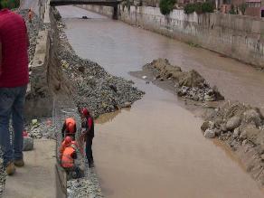 Técnicos y brigadistas inspeccionan puntos críticos del río Ica