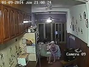 VIDEO: Enfermera torturaba a golpes a anciana de 88 años