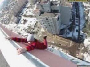 Video de hombre que desafía la gravedad es furor en Internet