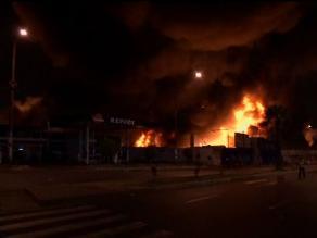 Fuego arrasó casa y peluquería de material prefabricado en Puente Piedra