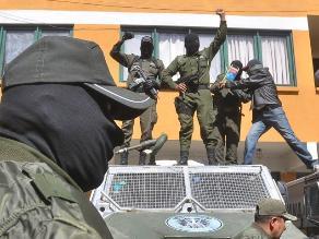 Detienen a dos policías por saquear las propiedades de ciudadanos
