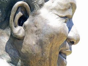Escultores se disculpan por añadir un conejo a una estatua de Mandela