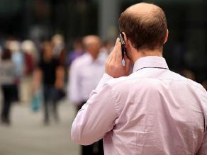 Uso del teléfono móvil cambia el modo de caminar, según estudio
