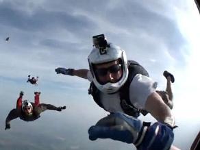 Paracaidista cae inconsciente y sus compañeros lo socorren en el aire