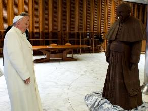 Regalan a papa Francisco su propia figura de chocolate a tamaño real