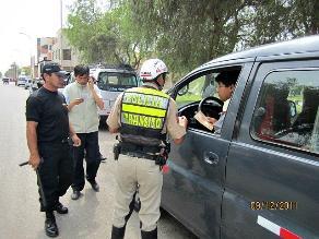 Policía de tránsito graba a choferes que intentan sobornarlo