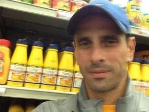 Capriles recorre un supermercado y toma fotos para testificar escasez