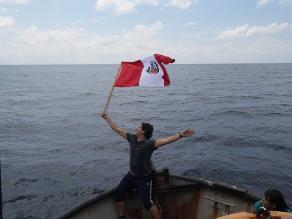 FOTOS: Bandera peruana flamea en triángulo interno