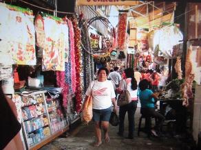 Comerciantes del mercado central de Piura realizan vigilia ante desalojo