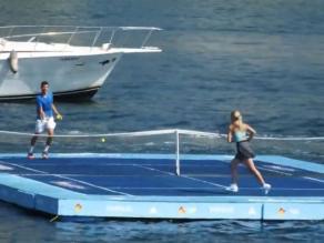Grigor Dimitrov y Eugénie Bouchard juegan partido de tenis en el mar