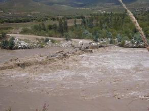 Puente carrozable cubierto por incremento de caudal del río Santa