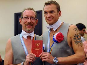 Pareja gay rusa se casa en Argentina tras huir de su país