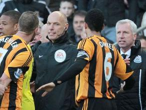 Entrenador del Newcastle fue expulsado por dar cabezazo a jugador rival