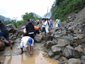 Huaico en vía Belaúnde casi sepulta a bus y aisla al nororiente