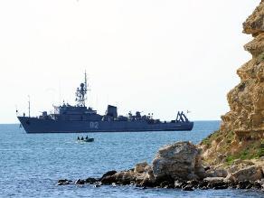 Rusia hunde uno de sus barcos para bloquear salida de buques de Ucrania