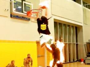 Punto de fuego: Jugador de básquet lanza ´clavada´ literalmente en llamas