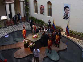 Hija del ´Ché´ Guevara le canta a Chávez en su tumba: ´Adiós, mi amor´