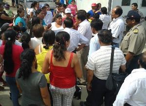 Padres y alumnos protestan por retraso de obras en colegio Iturregui