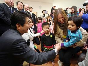 Tres años después de Fukushima: Niños ´evitan tocar el aire exterior´