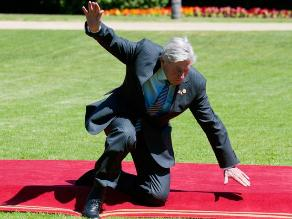 Ex primer ministro holandés sufre bochornosa caída en Chile