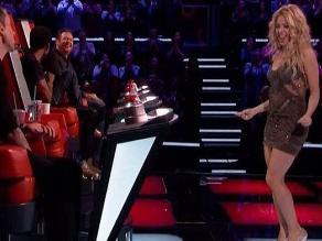 Shakira hace baile erótico a Adam Levine