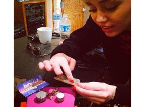 Miley Cyrus arma cigarro de marihuana