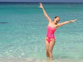 Thalía luce sexy en bikini a sus 42 años