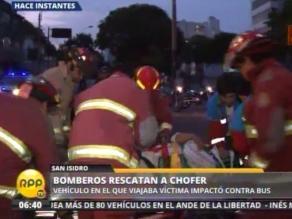 Taxista se salva de morir tras chocar con bus en la avenida Arequipa