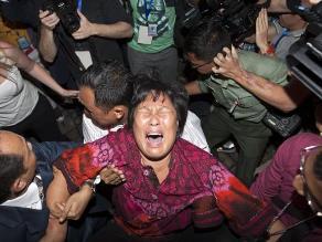 Malasia: Familiares de desaparecidos del avión exigen respuestas