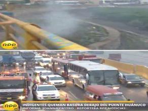 Indigentes prenden fuego en la Vía de Evitamiento causando caos vehicular
