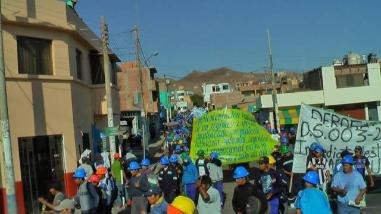 Mineros informales mantienen bloqueada carretera en Arequipa